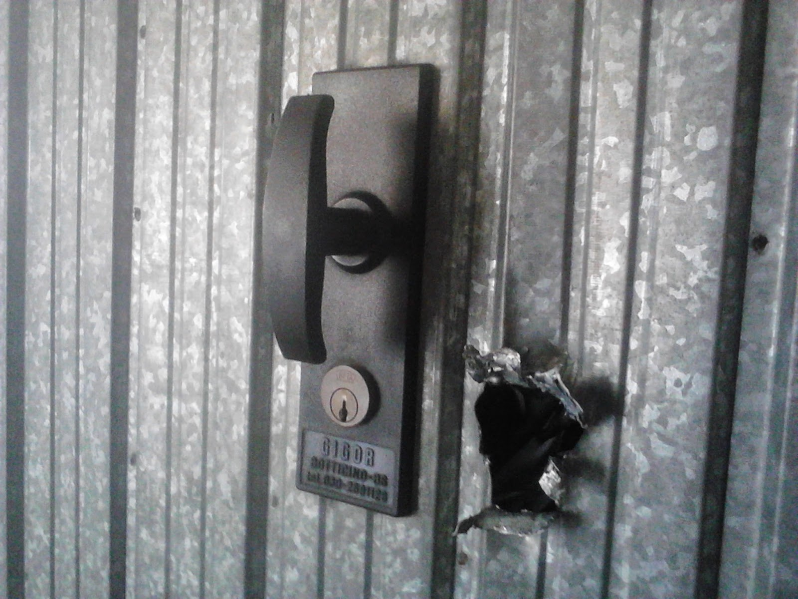 Piastre rinforzi e serrature di sicurezza per basculanti e - Cambiare maniglia porta ...